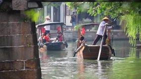 Шанхай Китай 9-ое сентября 2013, шлюпки Китая традиционные туристские на городке Шанхая Zhujiajiao со шлюпкой и историческими зда акции видеоматериалы