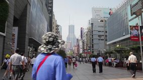 ШАНХАЙ, КИТАЙ - 10-ое сентября 2013: Locals и туристы и отечественные и чужая прогулка через занятую дорогу Нанкина видеоматериал