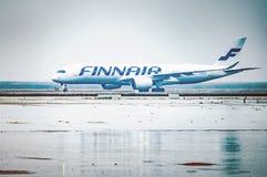 Шанхай, Китай, 23 02 Положение 2019 авиалайнера двигателя аэробуса Finnair двухмоторное на полете аэропорта ждать стоковая фотография