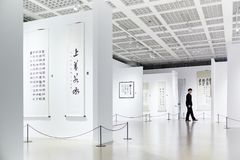 Шанхай, Китай - 05/06/2017 художественных выставок музея в фарфоре Шанхая китайских символов каллиграфии стоковые фотографии rf