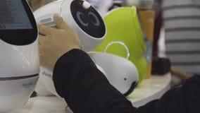 ШАНХАЙ - 28-ОЕ ИЮНЯ 2018: Кто-то на выставке заботит UNO няни робота детей К заботам о маленьком и стоковые изображения