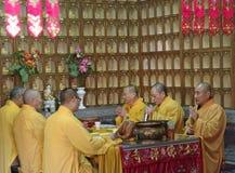 ШАНХАЙ - NOV. 18,2013: Буддийские монахи стоковая фотография