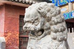 ШАНЬСИ, КИТАЙ - SEPT. 03 2015: Статуя льва на виске Shuanglin (ООН Стоковое Изображение
