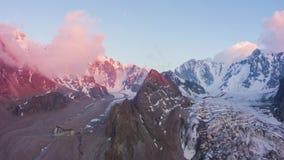 Шань Tian Снег-покрыла горы на заходе солнца Воздушное гипер упущение акции видеоматериалы