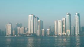 Шарджа городская с летанием чайки на камере над озером Khalid на фоне небоскребов на пасмурный день или сток-видео