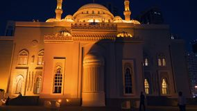 Шарджа, ОАЭ - 10-ое мая 2018: взгляд ночи на мечети Noor Al с ярким backlighting на озере Khalid обваловки в Шардже видеоматериал