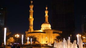 Шарджа, ОАЭ - 10-ое мая 2018: мечеть Taqwa фонтана и Al ночи с красивым backlight внутри в городе Шарджи в объединенном сток-видео