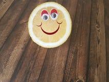 Шарж лимона наблюдает на деревянном, меню ` s детей, Стоковые Фото