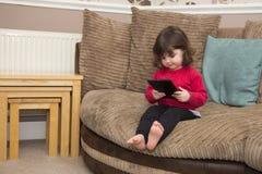 Шарж малыша наблюдая на ПК таблетки Стоковые Фотографии RF