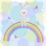 Шарж милый счастливый кролик сидя на радуге Стоковое фото RF