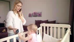 Шарж младенца наблюдая на черни Современная жизнь матери Младенец наслаждается кино акции видеоматериалы