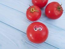 Шарж томата смешной на голубой деревянной положительной эмоции Стоковое фото RF