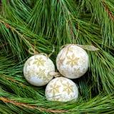 3 шарика белых рождества на рождественской елке Стоковые Фотографии RF