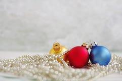 3 шарика пестротканых Нового Года на гениальных гирляндах Стоковое Изображение