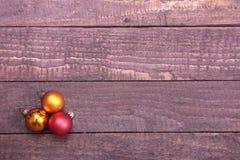 3 шарика рождества изолированного над деревянной предпосылкой Стоковая Фотография