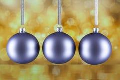 3 шарика рождества на предпосылке конспекта золота Стоковое Изображение