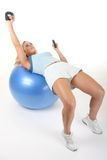 шарика тренировки деятельность женщины вне Стоковая Фотография