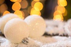 Шарики белого рождества на снеге Стоковое Фото
