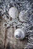Шарики белого рождества на деревянной предпосылке Стоковые Фото