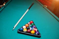 Шарики биллиарда в бильярдном столе на треугольнике с сигналом биллиарда Стоковая Фотография RF
