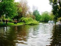 Шарики воды ролика, потеха для детей во время дня ` s короля, в прошлом дня ` s ферзя, Амстердама, Голландии, Нидерландов Стоковое Фото