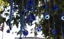 Шарики дурного глаза вися на дереве стоковое фото rf
