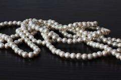 Шарики жемчуга jewelry Ювелирные изделия ` s женщин Роскошные шарики стоковые фотографии rf