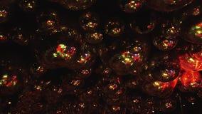 Шарики зеркала отражают лучи покрашенных светов акции видеоматериалы