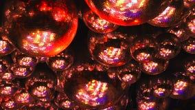Шарики зеркала отражают лучи покрашенных светов видеоматериал
