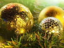 Шарики золота рождества с светом стоковые изображения rf