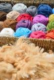 Шарики и ватка шерстей альпаки стоковое изображение