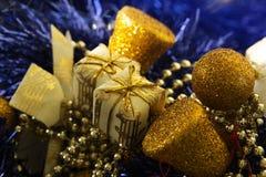 Шарики и подарок золота рождества в золотой коробке Стоковое Изображение