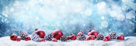 Шарики и Pinecones рождества Snowy Стоковая Фотография RF