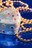 шарики кладут золотистую драгоценность в коробку Стоковая Фотография