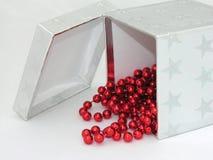 шарики кладут красный серебр в коробку Стоковые Изображения RF