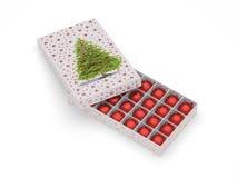шарики кладут орнаментальный красный цвет в коробку Стоковое фото RF