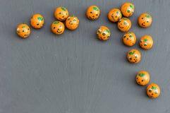 Шарики конфеты тыквы хеллоуина на шифере Стоковое Фото