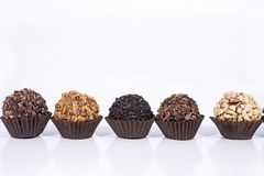 Шарики конфет сладостного шоколада с гайками стоковая фотография