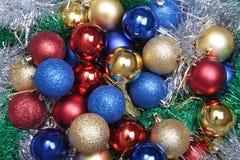 Шарики красных, сини и золота рождества на деревянной предпосылке Стоковая Фотография RF