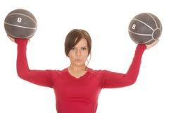 Шарики медицины рубашки 2 женщины красные серьезные Стоковое Изображение RF