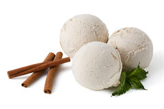 Шарики мороженого циннамона с с ручками циннамона Стоковое Изображение