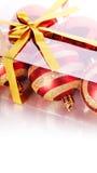 Шарики Нового Года в коробке reknitted лента с смычком Стоковое Изображение