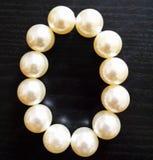 Шарики от перл сеть перлы ожерелья утра росы Белые жемчуга на темном backgr Стоковая Фотография