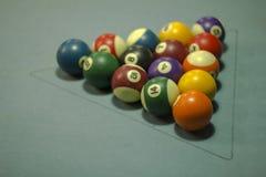 Шарики пестротканые билльярда с номерами на голубой ткани шарики в треугольнике стоковое фото rf