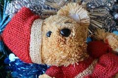 Шарики плюшевого медвежонка, рождества и сусаль на венке рождества Стоковая Фотография RF