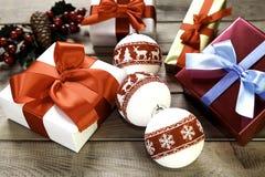 Шарики подарков на рождество, рождества и омела Стоковые Изображения RF