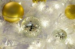 Шарики предпосылки белого рождества золотые Стоковые Изображения RF