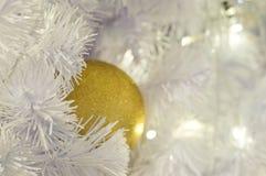 Шарики предпосылки белого рождества золотые Стоковое Изображение