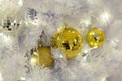 Шарики предпосылки белого рождества золотые Стоковая Фотография