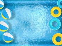 Шарики пляжа и кольца заплыва плавая на бассейн Стоковое Фото